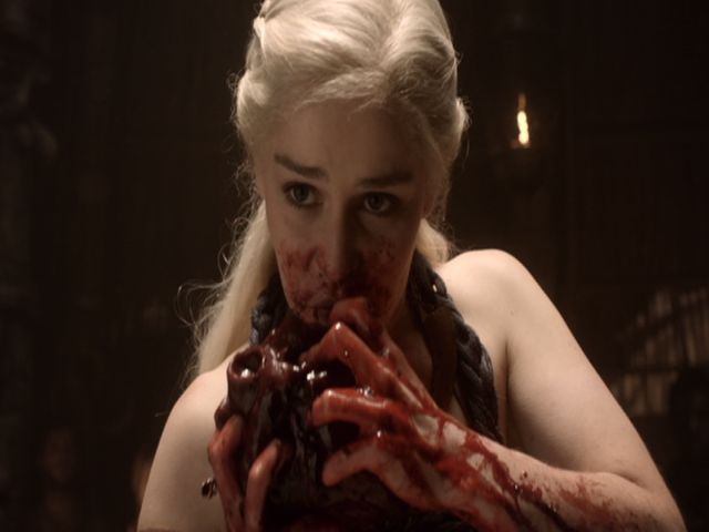Bei den Dothraki muss eine schwangere Khaleesi ein Pferdeherz essen.